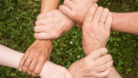 V nelehkých situacích pomůže rodina, ale i pojištění ošetřování člena rodiny